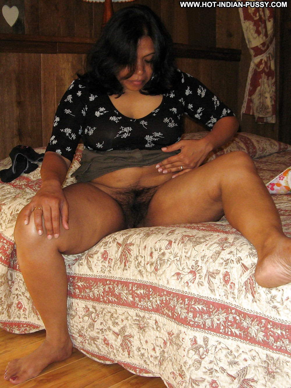 Hot indian babe in the middle of a threesome - 2 part 8